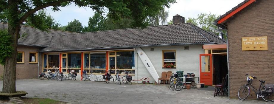 Welkom bij onze Kringloopwinkel ErZitLigtIetsBijWa in Ewijk
